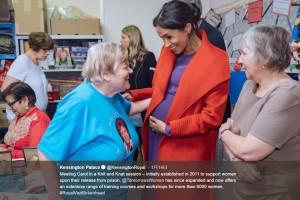 お腹もずいぶん大きくなったメーガン妃(画像は『Kensington Palace 2019年1月15日付Twitter「Meeting Carol in a Knit and Knat session」』のスクリーンショット)