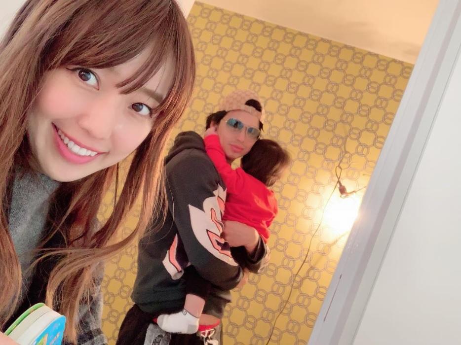 建設中の新居を見に来た川崎希&アレクサンダー(画像は『ALEXANDER(アレクサンダー) 2019年1月22日付Instagram「新居の手洗いの壁紙はエルメス びっくりした」』のスクリーンショット)