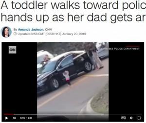 【海外発!Breaking News】逮捕された父を見た2歳児、自らも両手を挙げて銃を構える警官に歩み寄る(米)<動画あり>