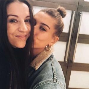 仲の良いジャスティン・ビーバーの母とヘイリー・ボールドウィン(画像は『Pattie Mallette 2019年1月15日付Instagram「What a gift!」』のスクリーンショット)