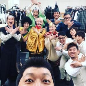 香取慎吾が自撮りした『日本の歴史』チーム(画像は『香取慎吾 2019年1月13日付Instagram「#日本の歴史 #千秋楽!」』のスクリーンショット)