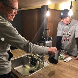 キッチンで父親と笑い合う山下健二郎(画像は『山下健二郎 2019年1月8日付Instagram「正月少しですが実家帰ってました!」』のスクリーンショット)
