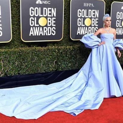 【イタすぎるセレブ達】レディー・ガガ、髪もドレスも全身ブルーで授賞式登場