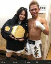 【エンタがビタミン♪】山本舞香、格闘技大会『Krush.97』で優勝した晃貴と2ショット「ベルトって重いのね…」