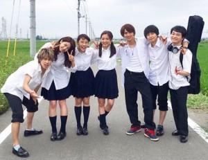 真野恵里菜主演映画『青の帰り道』キャストたちと(画像は『Erina Mano 2018年12月7日付Instagram「映画「青の帰り道」やっと公開初日を迎えました。」』のスクリーンショット)