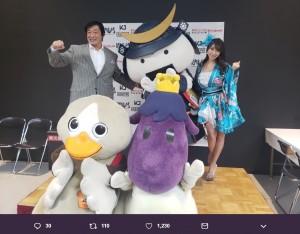 小橋建太、ゆるキャラたちと記念写真に納まる森咲智美(画像は『森咲智美 2019年1月14日付Twitter「今日はチャリティーバスケット大会にアンバサダーとして呼んでいただきました」』のスクリーンショット)