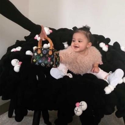 【イタすぎるセレブ達】カイリー・ジェンナーの娘(11か月)、ヴィトンのバッグをプレゼントされ大喜び