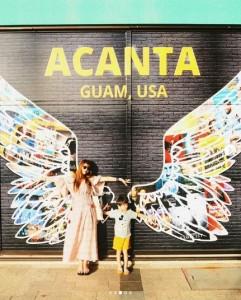 インスタ映えスポットでスザンヌと息子(画像は『スザンヌ 2019年1月13日付Instagram「2日目」』のスクリーンショット)