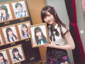 写真パネルを外す山田麻莉奈(画像は『山田麻莉奈 2018年4月22日付Instagram「少し期間が開いてしまいましたが、先日2018年4月19日をもってHKT48を卒業しました」』のスクリーンショット)