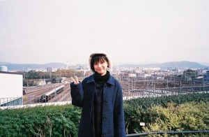 線路を背景にピースサインする芳根京子(画像は『芳根京子 2019年12月31日付Instagram「2018年もありがとうございました」』のスクリーンショット)