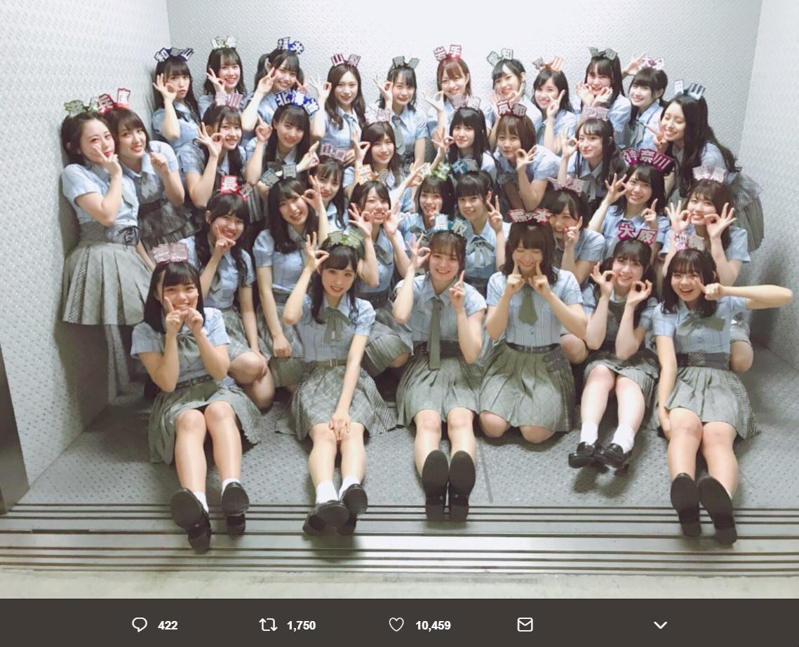 『リクアワ2019』を終えたAKB48チーム8(画像は『小栗有以 2019年1月19日付Twitter「リクエストアワー2019「47の素敵な街へ」1位 本当にありがとうございました!」』のスクリーンショット)
