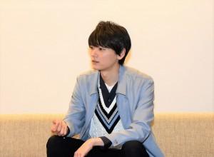 インタビューでトークする古川雄輝