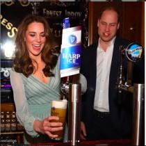 【イタすぎるセレブ達】キャサリン妃&ウィリアム王子がバーテンダーに挑戦 妃のファッションも大好評<動画あり>