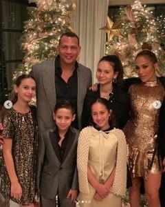 家族ぐるみで仲がいいアレックスとジェニファー(画像は『Jennifer Lopez 2019年2月3日付Instagram「Two years of laughter Two years of fun Two years of adventures Of excitement of growing and learning Of true friendship And so much love!!」』のスクリーンショット)
