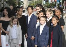【イタすぎるセレブ達】アンジェリーナ・ジョリー、6人の子供全員連れてプレミア出席