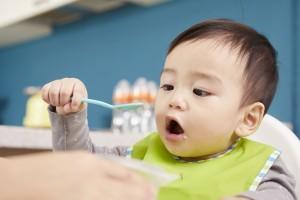 """外出中に赤ちゃんの食事で困ったママは約9割! """"市販のベビーフード""""の悩みは「コスト」がトップに"""
