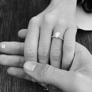 """ブリタニーの婚約指輪(画像は『Brittany Snow 2019年2月19日付Instagram「A couple weeks ago, I said """"YES"""" about a million times to the man of my wildest & most beautiful dreams.」』のスクリーンショット)"""