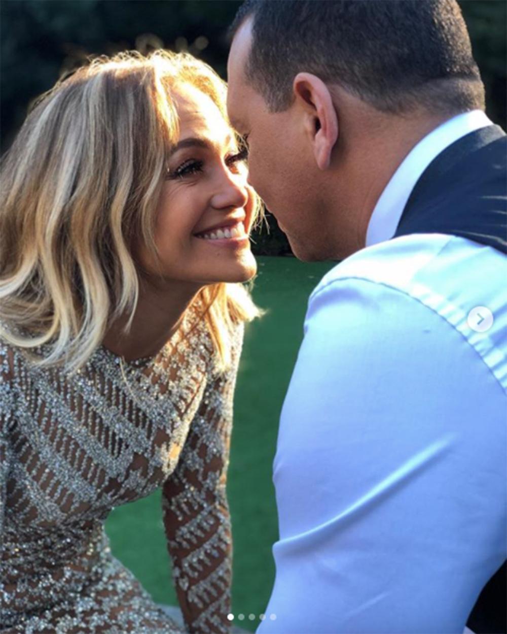 アレックスとの2年間を振り返ったジェニファー(画像は『Jennifer Lopez 2019年2月3日付Instagram「Two years of laughter Two years of fun Two years of adventures Of excitement of growing and learning Of true friendship And so much love!!」』のスクリーンショット)