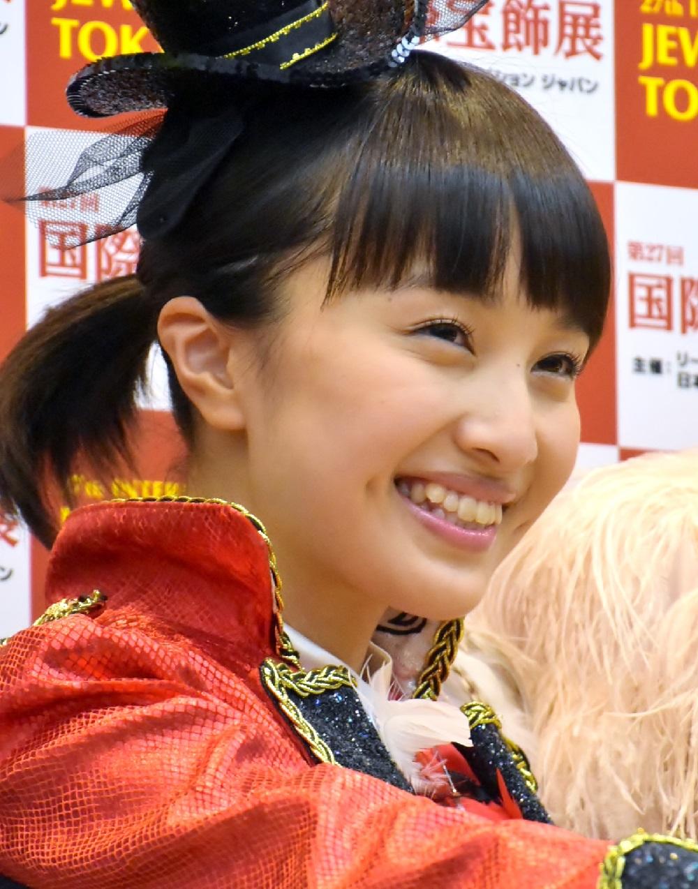 えくぼと八重歯がチャームポイントの百田夏菜子