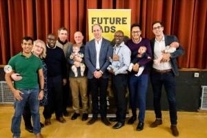 """参加者らと並ぶウィリアム王子(画像は『Kensington Palace 2019年2月14日付Instagram「The Duke of Cambridge visited a programme called """"Future Dads"""", set up by the charity #Futuremen in London this morning.」』のスクリーンショット)"""