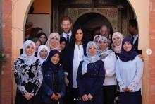 【イタすぎるセレブ達】ヘンリー王子&メーガン妃、モロッコ2日目は女子寄宿舎へ 妃はヘナタトゥーも体験<動画あり>