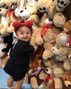 クマのぬいぐるみに大喜びするストーミーちゃん(画像は『Kylie 2019年2月1日付Instagram「how did i get so lucky to have such a sweet, smart, happy baby.」』のスクリーンショット)