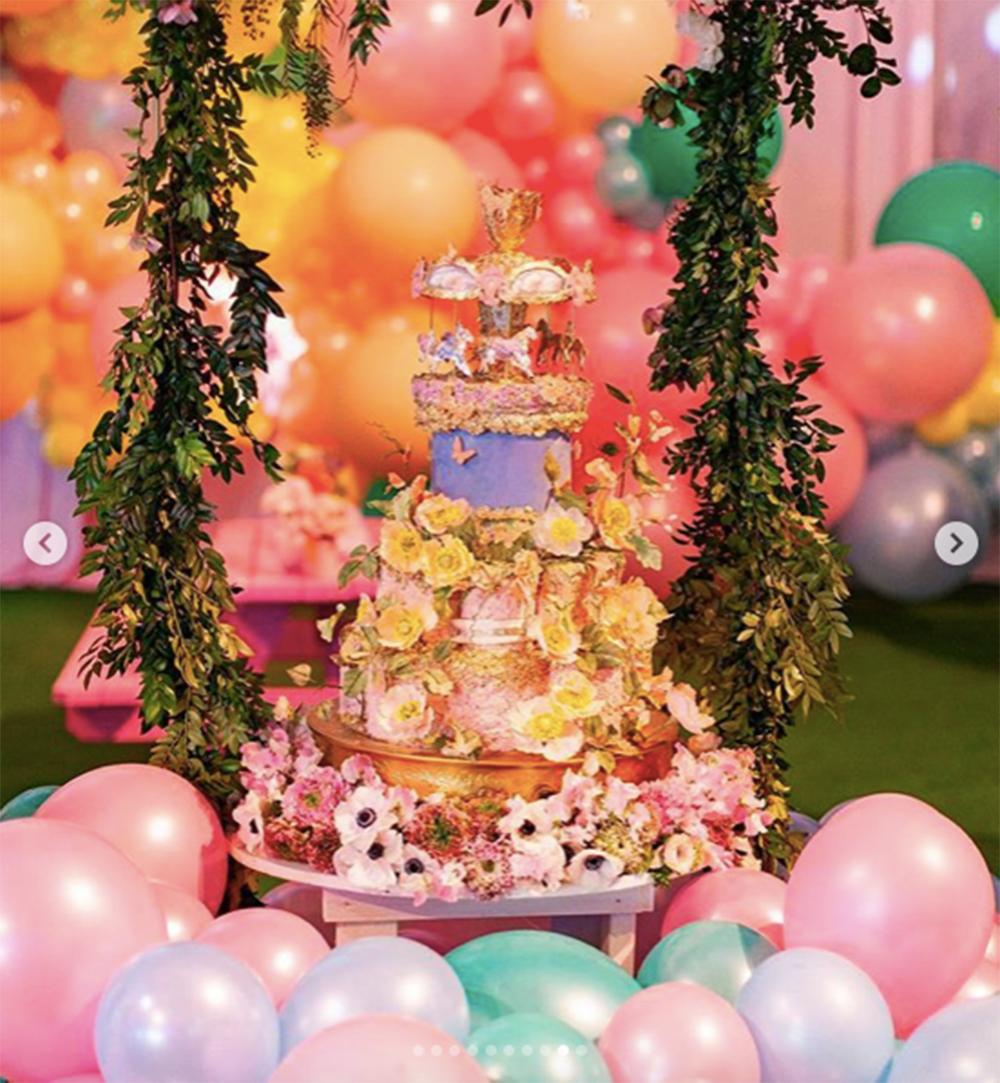 バースデーケーキも豪華すぎる(画像は『Kylie 2019年2月10日付Instagram「i dreamed about this party and then drew it up on paper room by room and @mindyweiss really made my vision come to life!!!」』のスクリーンショット)