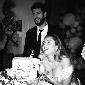結婚したリアムとマイリー(画像は『Miley Cyrus 2019年2月14日付Instagram「L VE YOU Valentine」』のスクリーンショット)