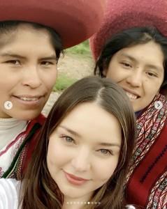 ミランダ・カー、地元の人と一緒に(画像は『Miranda 2019年2月21日付Instagram「Such a magical visit to Peru」』のスクリーンショット)