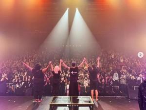 ライブを終えたMIYAVIとバンドメンバー(画像は『Miyavi Lee Ishihara 2019年2月6日付Instagram「Hokkaido ROCKS!」』のスクリーンショット)