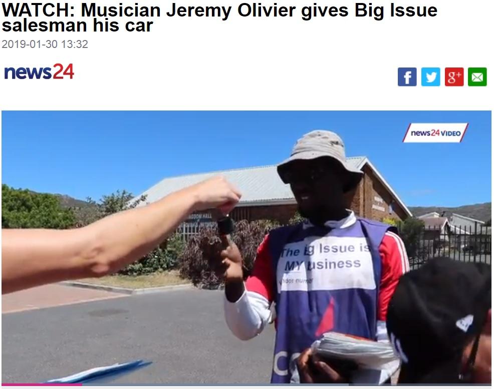 車の鍵を渡されて、唖然とする男性(画像は『News24 2019年1月30日付「WATCH: Musician Jeremy Olivier gives Big Issue salesman his car」』のスクリーンショット)