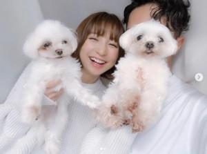 篠田麻里子が投稿した夫婦ショット(画像は『篠田麻里子 2019年2月21日付Instagram「私事で恐縮ではございますがこの度、婚姻届けを提出させて頂きました。」』のスクリーンショット)