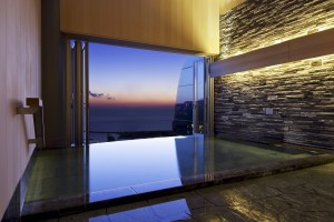 熱海の海と街の景色を一望することができる半露天風呂