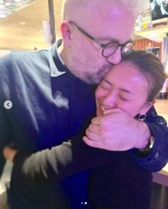 フィリップ・ブリーン氏が大島優子のおでこに…(画像は『Yuko Oshima 2019年2月18日付Instagram「一年のブランクがあった私をしっかりすくい上げてくれたフィリップに、心から感謝しています。」』のスクリーンショット)