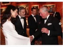【イタすぎるセレブ達】ジョージ・クルーニー夫妻、チャールズ皇太子主催のパーティーでの写真に「英王室とのコネ作り」と批判集中