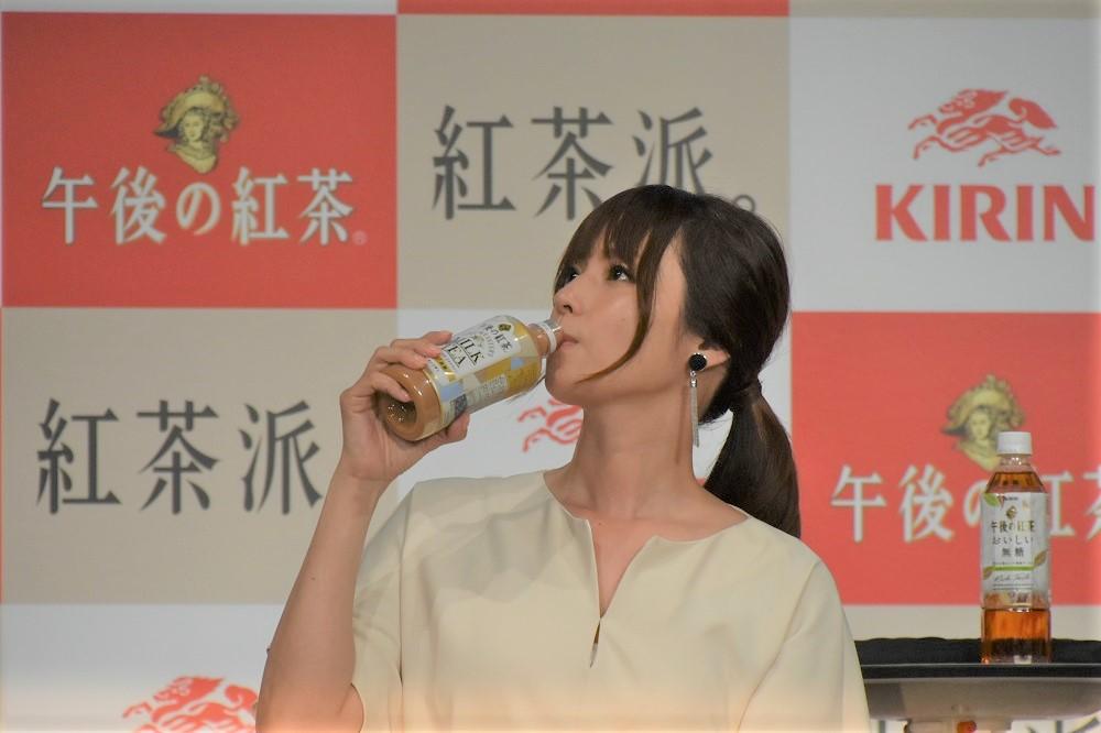 飲む姿も美しい深田恭子