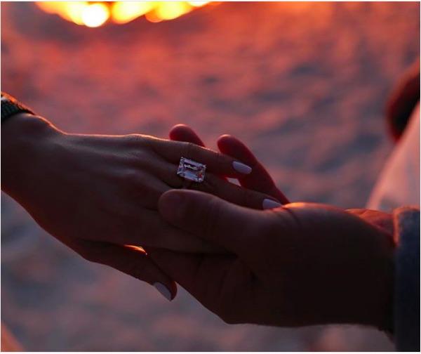 ゴージャスな婚約指輪には「推定7億円超」の声も(画像は『Alex Rodriguez 2019年3月9日付Instagram「she said yes」』のスクリーンショット)