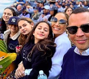 """【イタすぎるセレブ達】アレックス・ロドリゲス、ジェニファー・ロペス&4人の子供達と""""古巣""""で野球観戦楽しむ"""