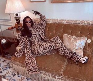 """【イタすぎるセレブ達】キム・カーダシアン、パリの街を""""ヒョウ柄ボディスーツ""""で闊歩"""