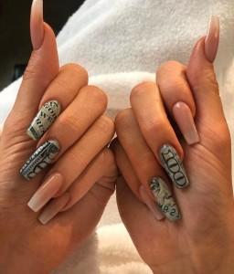 100ドル札のデザインが施されたネイルを披露したカイリー(画像は『Kylie 2019年3月21日付Instagram「till my fingers blue」』のスクリーンショット)