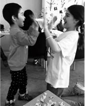 【イタすぎるセレブ達】ケイティ・ホームズ&スリちゃん、ギリシャの難民キャンプで子供達と交流図る