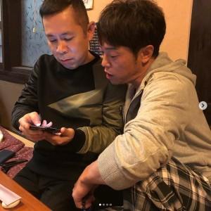 岡村隆史と陣内智則(画像は『バカリズム 2019年3月3日付Instagram「博多華丸大吉さん28周年イベント。打ち上げ。」』のスクリーンショット)
