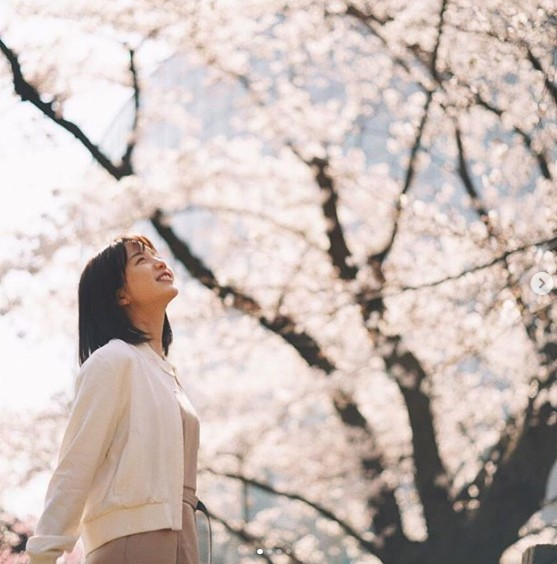 「いやぁもうすっかり春ですね」と弘中アナ(画像は『弘中綾香(公式) 2019年3月28日付Instagram「みなさまから頂いた質問にお答えします回」』のスクリーンショット)