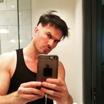 【イタすぎるセレブ達】イアン・サマーホルダー 酔った勢いで自らヘアカットし後悔 「やばい…」