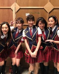 AKB48『恋チュン』をパフォーマンスした5人(画像は『磯山さやか 2019年3月1日付Instagram「華ちゃん(@hanako__official)が毎回こっそり撮ってくれる、無心の私シリーズ。」』のスクリーンショット)