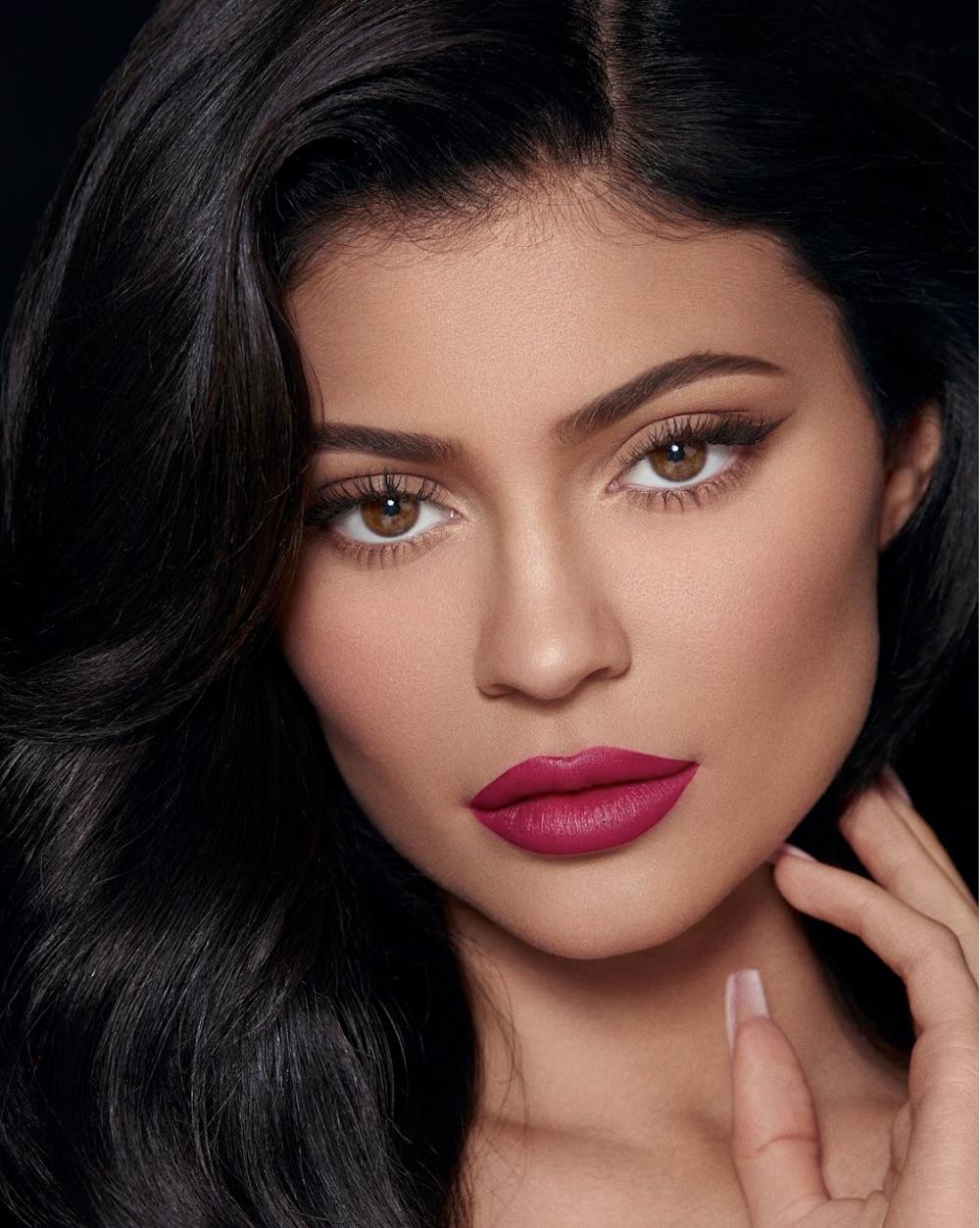 21歳でビリオネアを達成したカイリー・ジェンナー(画像は『Kylie 2019年3月11日付Instagram「Sprinkle Velvet Lip available now on KylieCosmetics.com and in store at @ultabeauty」』のスクリーンショット)
