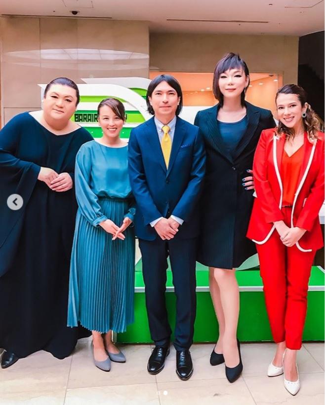 この日の5時夢メンバーと一緒に(画像は『ミッツ・マングローブ【公式】 2019年3月11日付Instagram「@tokyo.mx 月曜5時夢。」』のスクリーンショット)