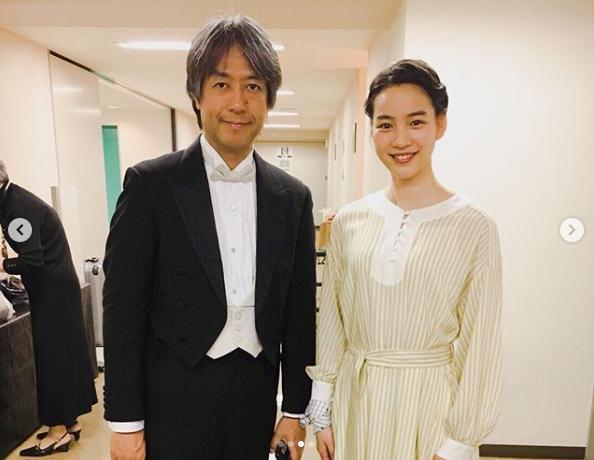 指揮者・栁澤寿男とのん(画像は『のん 2019年3月30日付Instagram「本日は、東北ユースオーケストラ演奏会 盛岡公演に朗読で参加しました。」』のスクリーンショット)