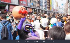 アンパンマンの頭を掲げるバイキンマン(画像は『宮尾信次郎@VOD-BOMB 2019年3月9日付Twitter「今日は日本橋ストリートフェスタに出ます!」』のスクリーンショット)