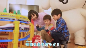 プラレールで遊ぶ鈴川絢子